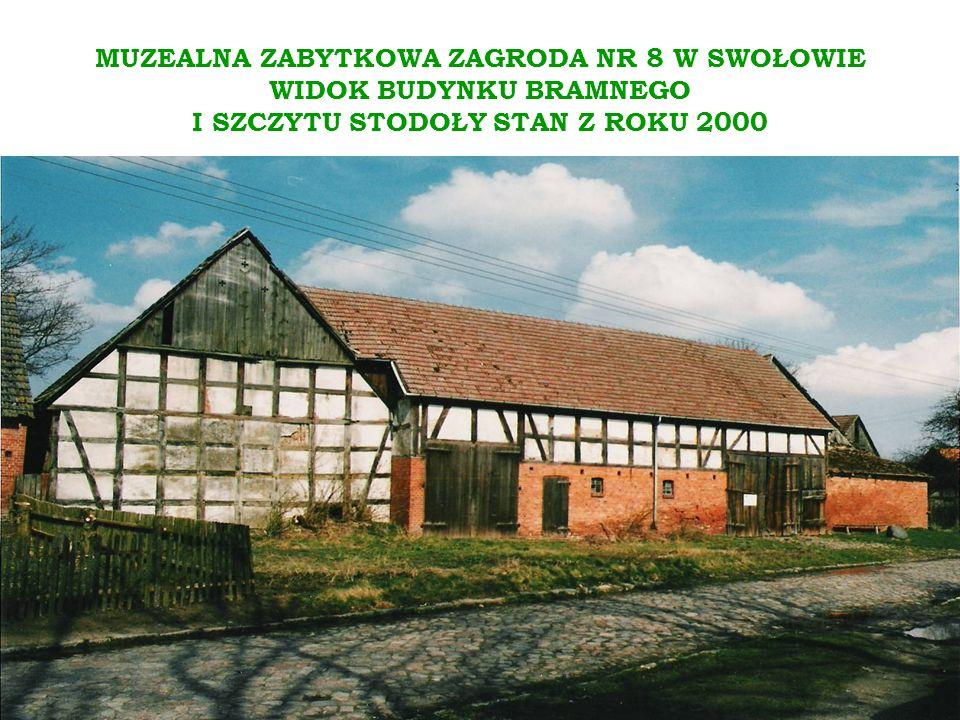MUZEALNA ZABYTKOWA ZAGRODA NR 8 W SWOŁOWIE WIDOK BUDYNKU BRAMNEGO I SZCZYTU STODOŁY STAN Z ROKU 2000