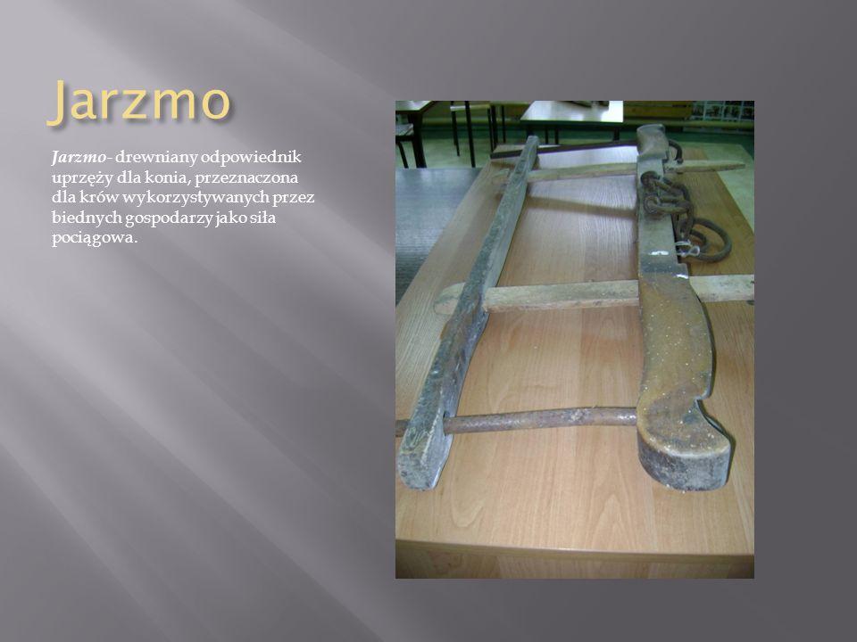 Jarzmo Jarzmo- drewniany odpowiednik uprzęży dla konia, przeznaczona dla krów wykorzystywanych przez biednych gospodarzy jako siła pociągowa.