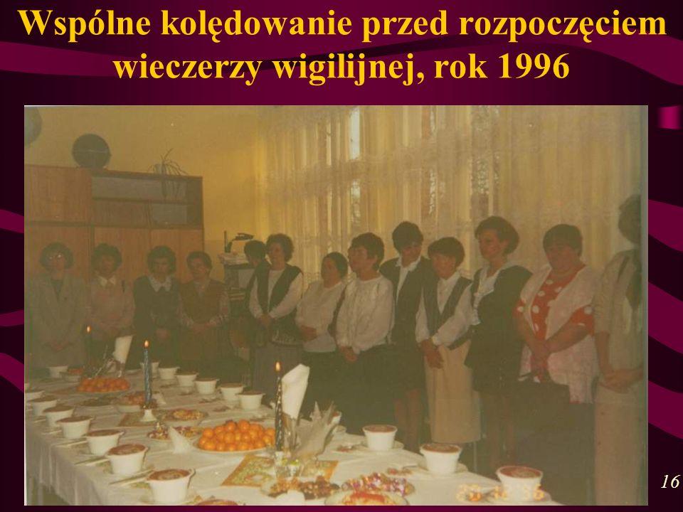 Wspólne kolędowanie przed rozpoczęciem wieczerzy wigilijnej, rok 1996