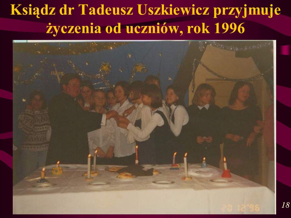 Ksiądz dr Tadeusz Uszkiewicz przyjmuje życzenia od uczniów, rok 1996