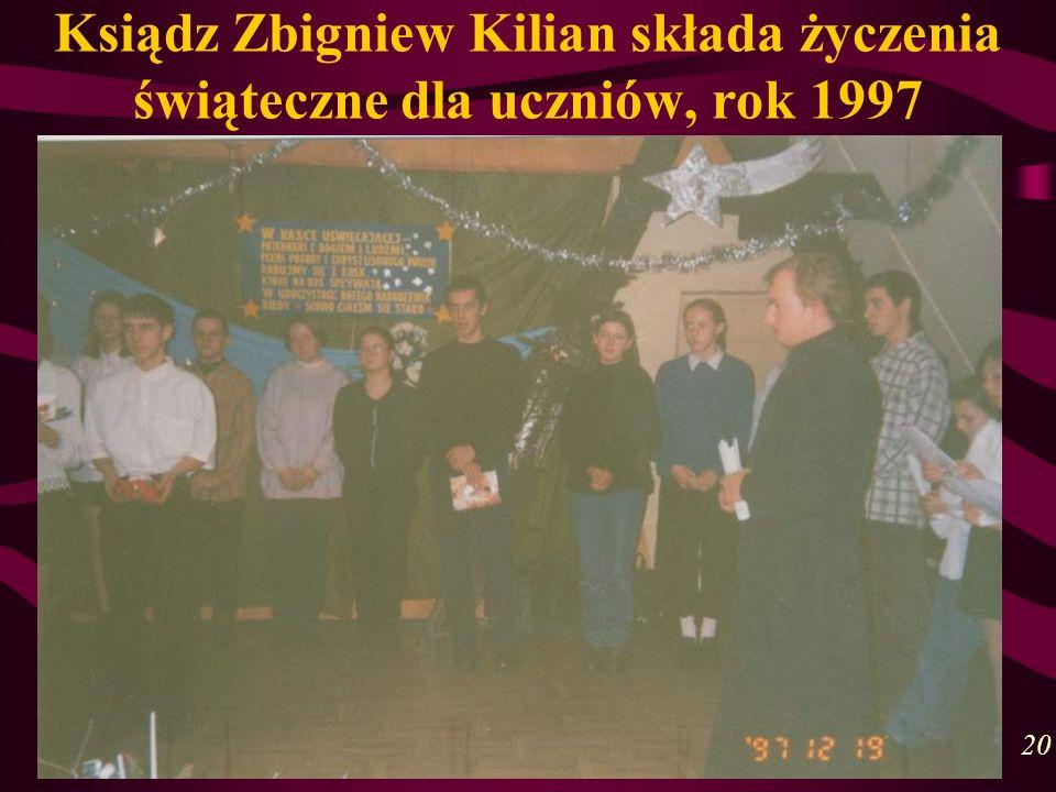 Ksiądz Zbigniew Kilian składa życzenia świąteczne dla uczniów, rok 1997