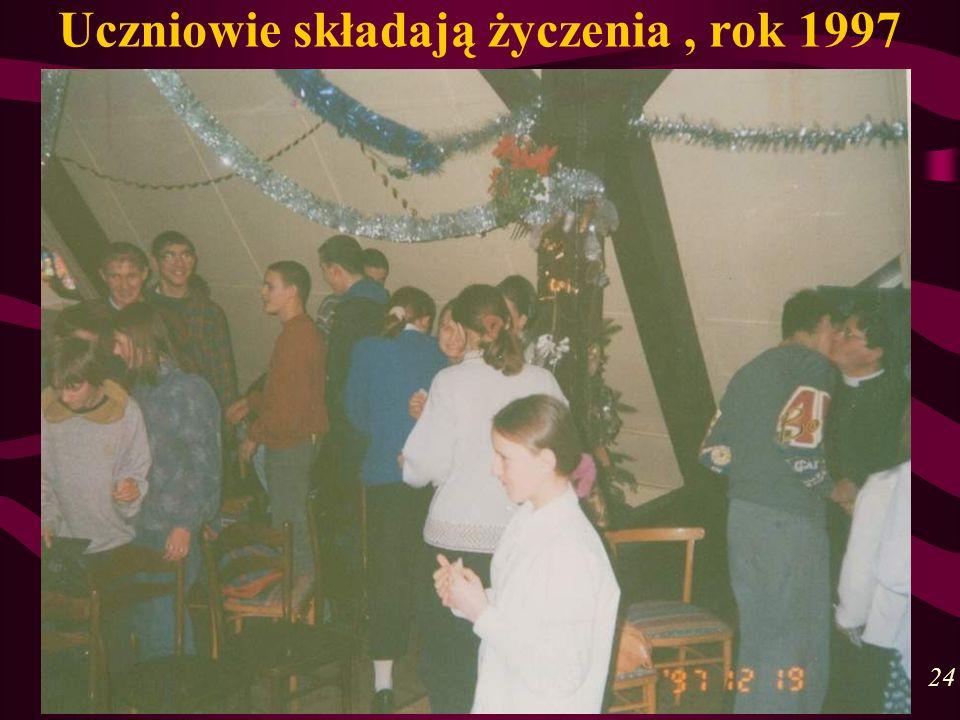 Uczniowie składają życzenia , rok 1997