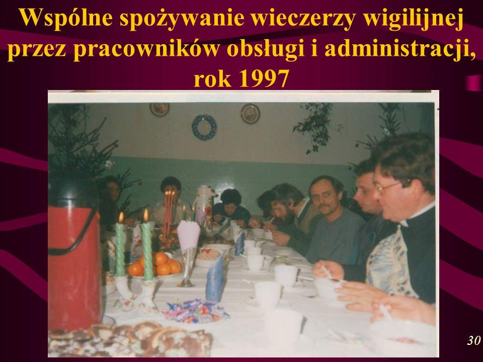 Wspólne spożywanie wieczerzy wigilijnej przez pracowników obsługi i administracji, rok 1997