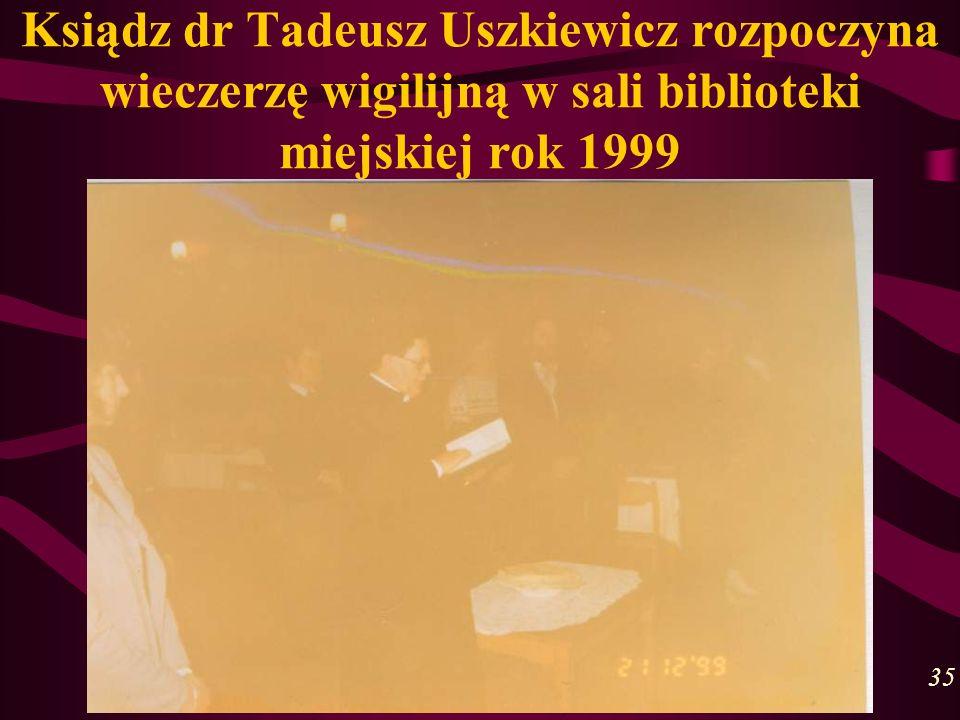 Ksiądz dr Tadeusz Uszkiewicz rozpoczyna wieczerzę wigilijną w sali biblioteki miejskiej rok 1999