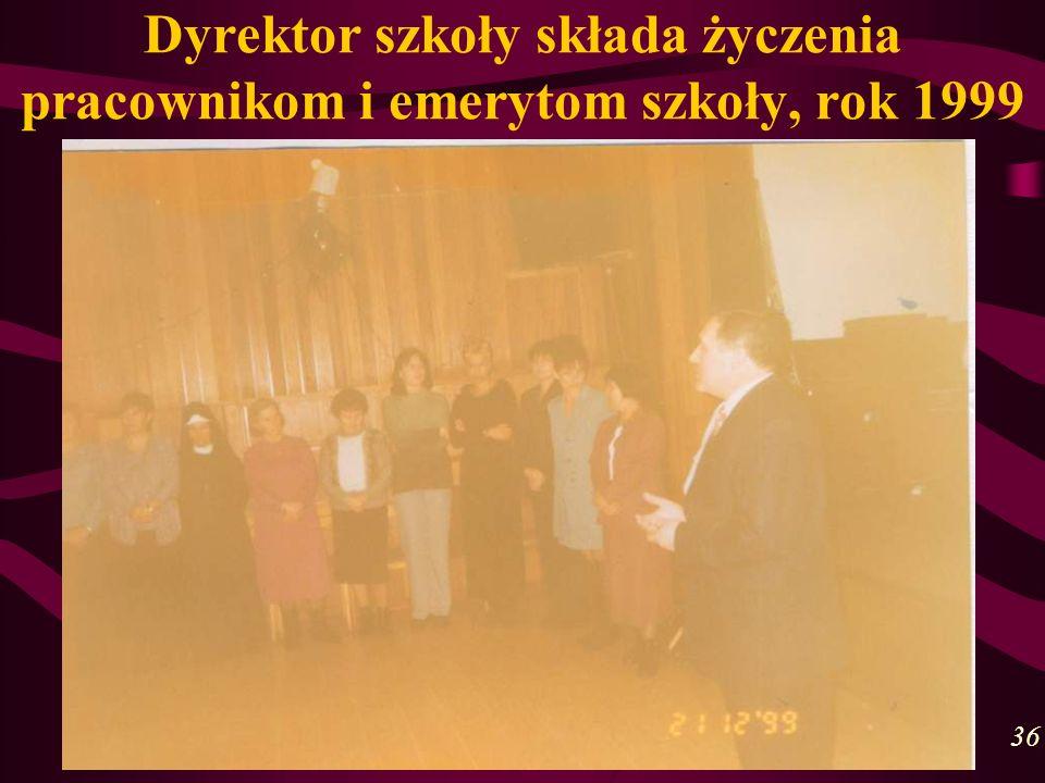 Dyrektor szkoły składa życzenia pracownikom i emerytom szkoły, rok 1999