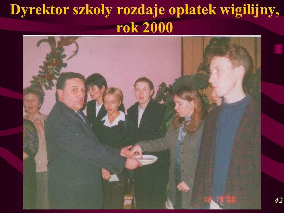 Dyrektor szkoły rozdaje opłatek wigilijny, rok 2000