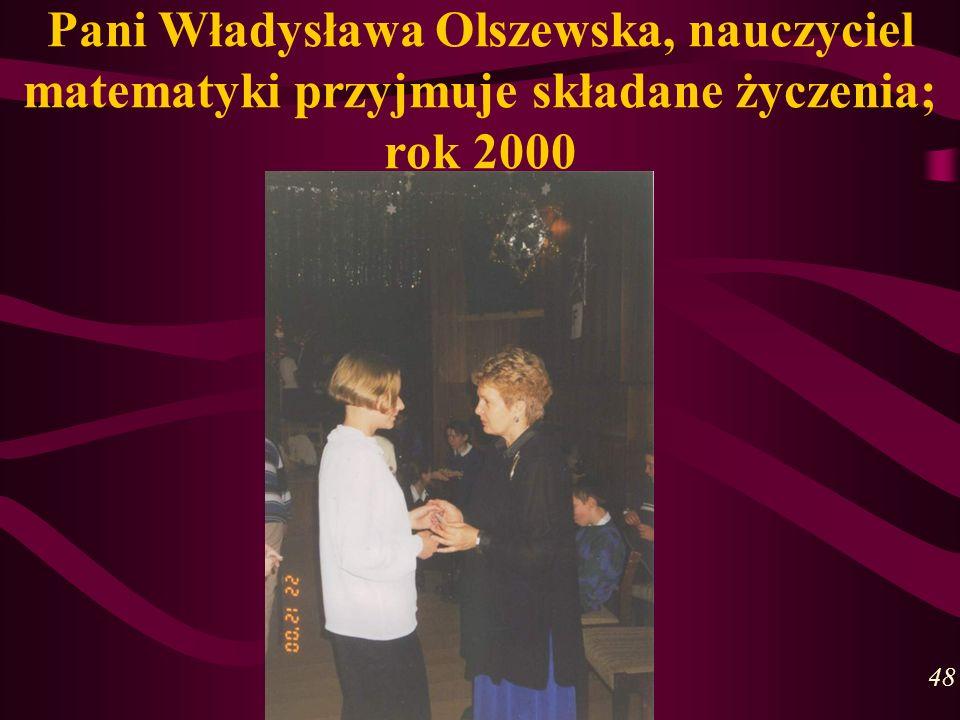 Pani Władysława Olszewska, nauczyciel matematyki przyjmuje składane życzenia; rok 2000