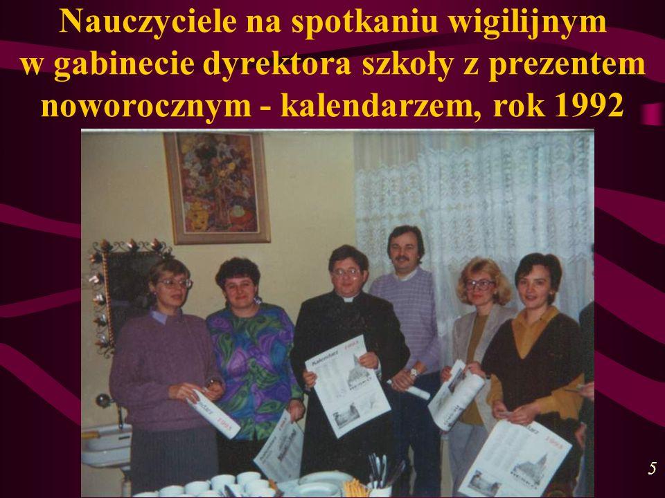 Nauczyciele na spotkaniu wigilijnym w gabinecie dyrektora szkoły z prezentem noworocznym - kalendarzem, rok 1992
