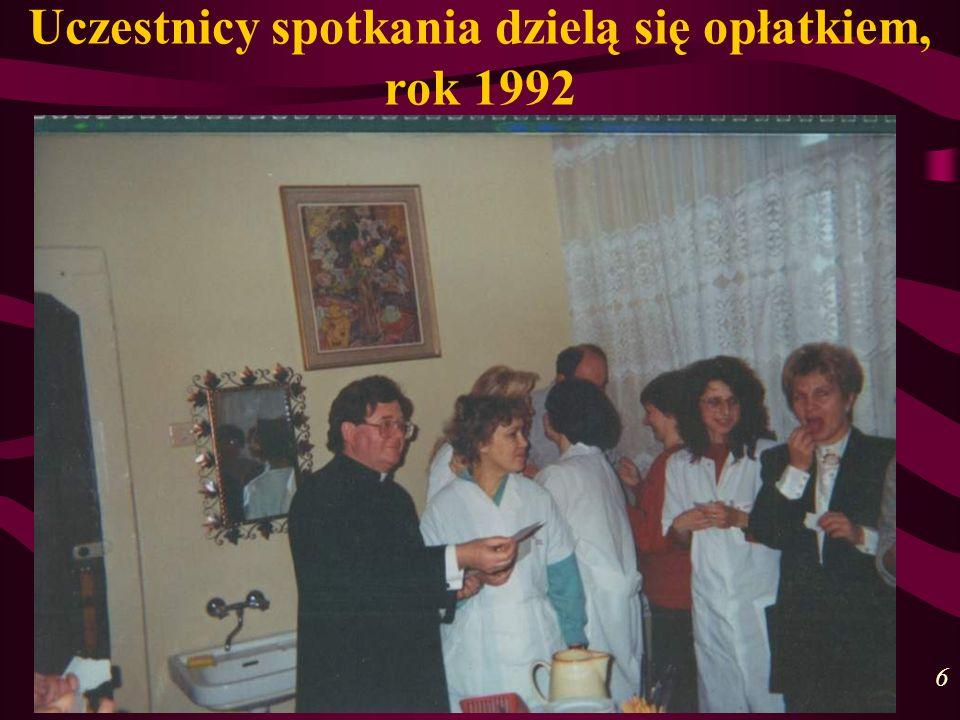 Uczestnicy spotkania dzielą się opłatkiem, rok 1992