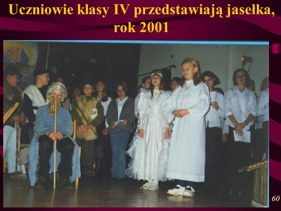 Uczniowie klasy IV przedstawiają jasełka, rok 2001