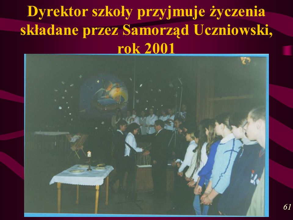 Dyrektor szkoły przyjmuje życzenia składane przez Samorząd Uczniowski, rok 2001