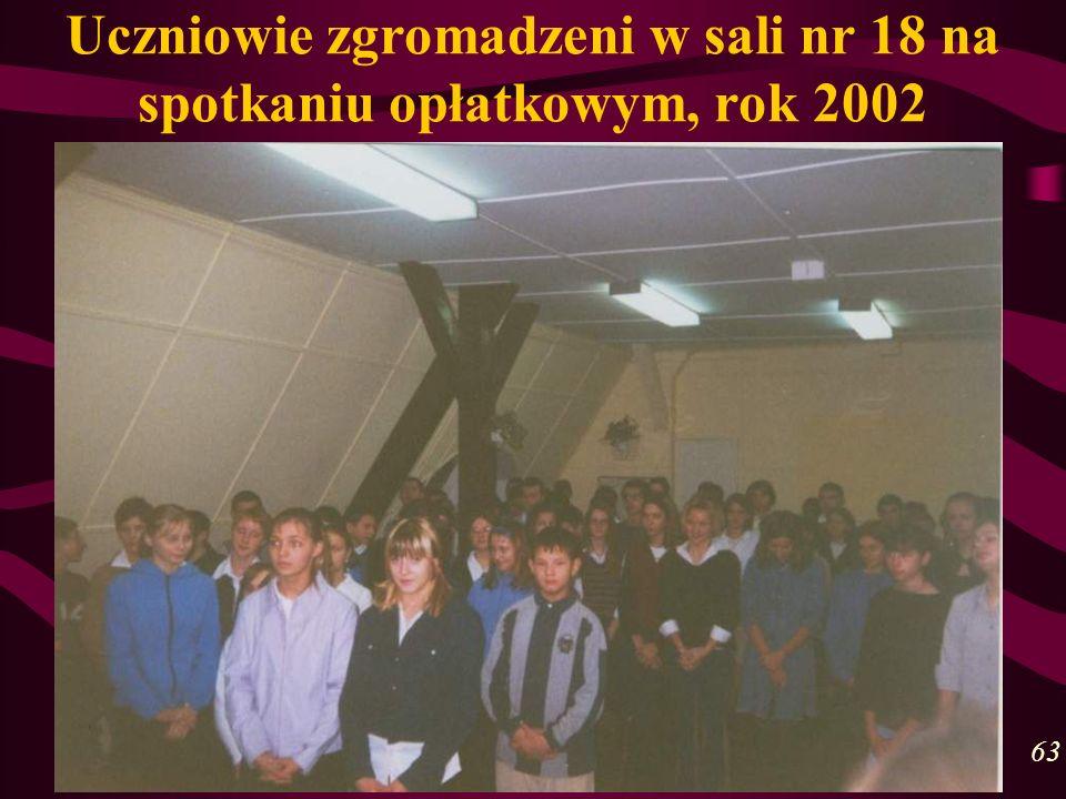Uczniowie zgromadzeni w sali nr 18 na spotkaniu opłatkowym, rok 2002