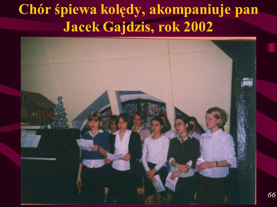 Chór śpiewa kolędy, akompaniuje pan Jacek Gajdzis, rok 2002