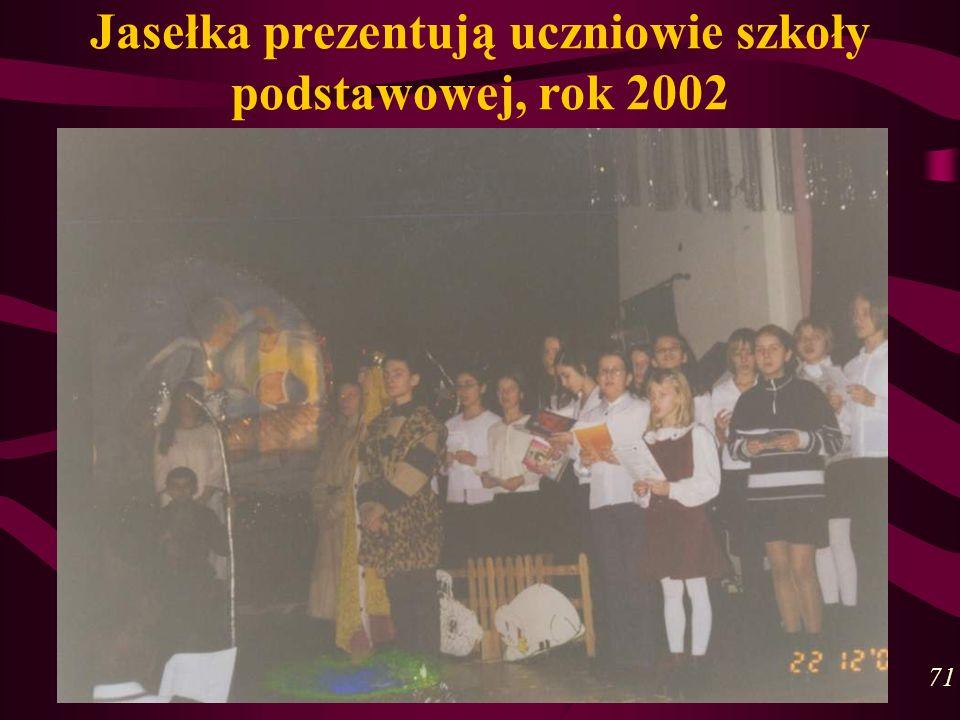 Jasełka prezentują uczniowie szkoły podstawowej, rok 2002