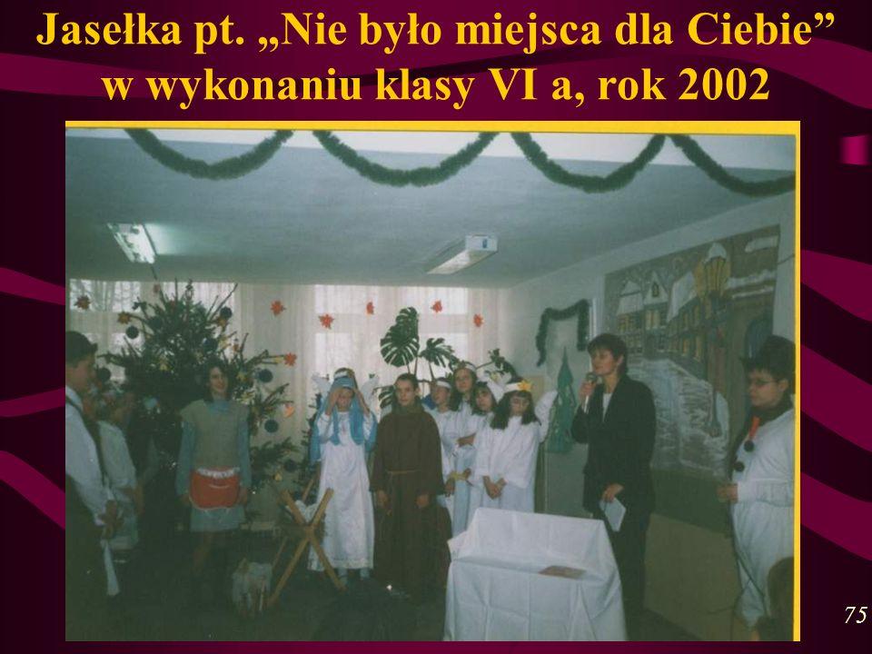 """Jasełka pt. """"Nie było miejsca dla Ciebie w wykonaniu klasy VI a, rok 2002"""