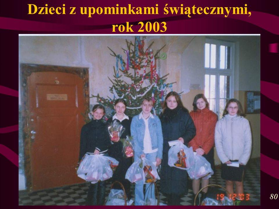 Dzieci z upominkami świątecznymi, rok 2003