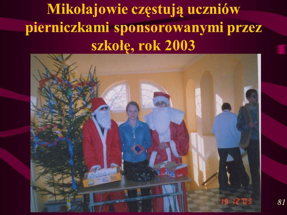 Mikołajowie częstują uczniów pierniczkami sponsorowanymi przez szkołę, rok 2003