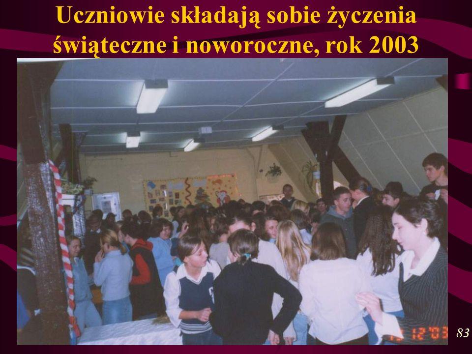 Uczniowie składają sobie życzenia świąteczne i noworoczne, rok 2003