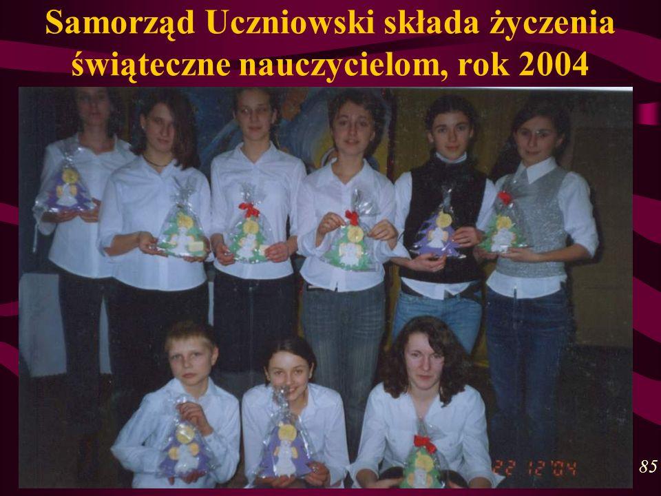 Samorząd Uczniowski składa życzenia świąteczne nauczycielom, rok 2004