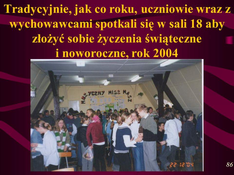 Tradycyjnie, jak co roku, uczniowie wraz z wychowawcami spotkali się w sali 18 aby złożyć sobie życzenia świąteczne i noworoczne, rok 2004