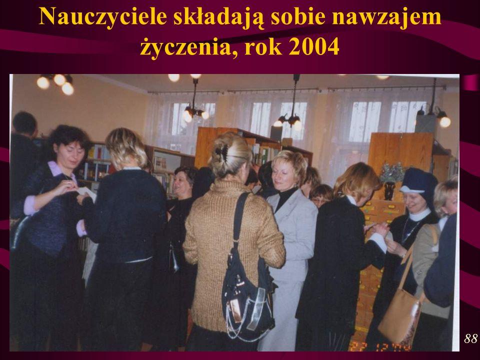 Nauczyciele składają sobie nawzajem życzenia, rok 2004