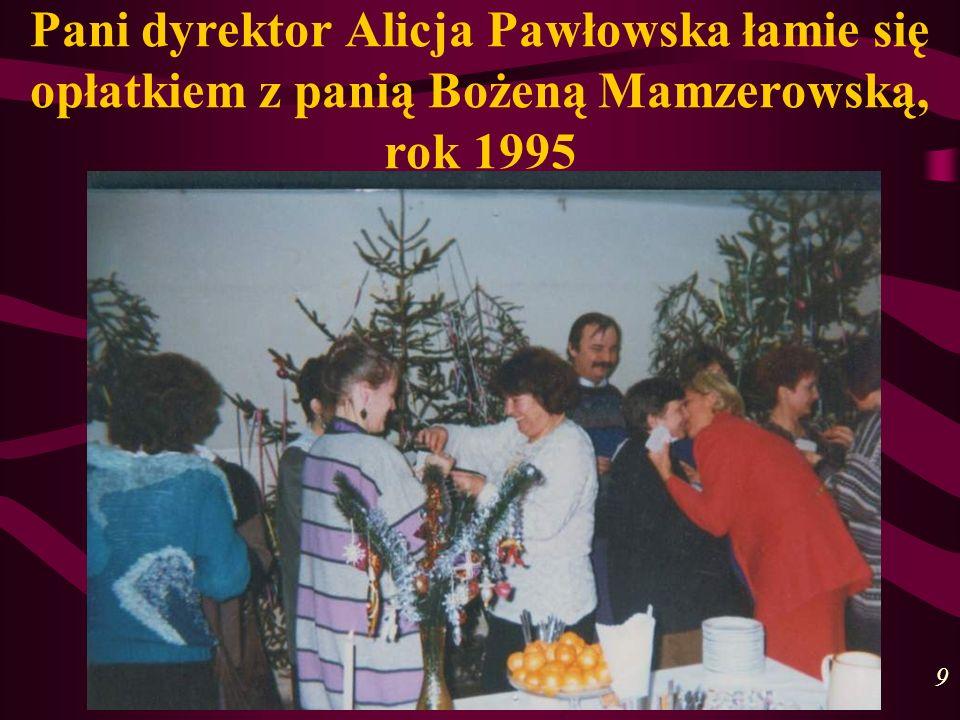 Pani dyrektor Alicja Pawłowska łamie się opłatkiem z panią Bożeną Mamzerowską, rok 1995