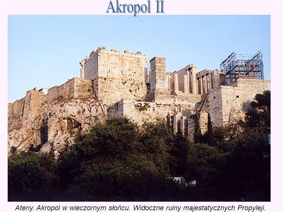 Akropol II Ateny. Akropol w wieczornym słońcu. Widoczne ruiny majestatycznych Propyleji.