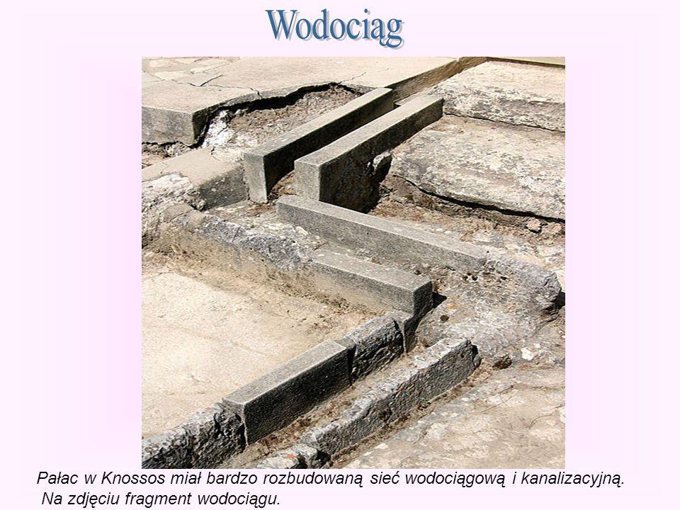 Wodociąg Pałac w Knossos miał bardzo rozbudowaną sieć wodociągową i kanalizacyjną.