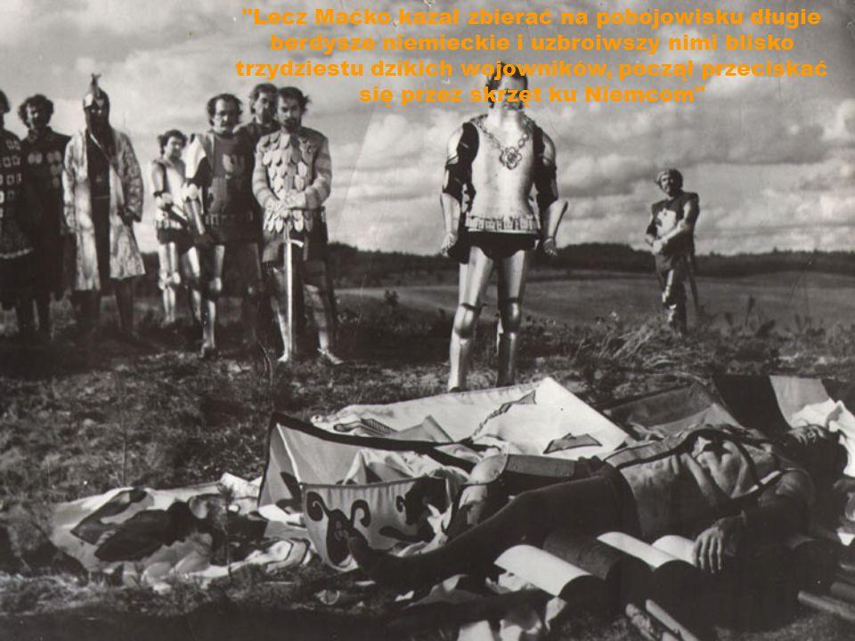 Lecz Maćko kazał zbierać na pobojowisku długie berdysze niemieckie i uzbroiwszy nimi blisko trzydziestu dzikich wojowników, począł przeciskać się przez skrzęt ku Niemcom