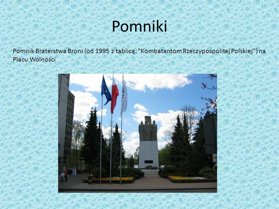 Pomniki Pomnik Braterstwa Broni (od 1995 z tablicą: Kombatantom Rzeczypospolitej Polskiej ) na Placu Wolności.