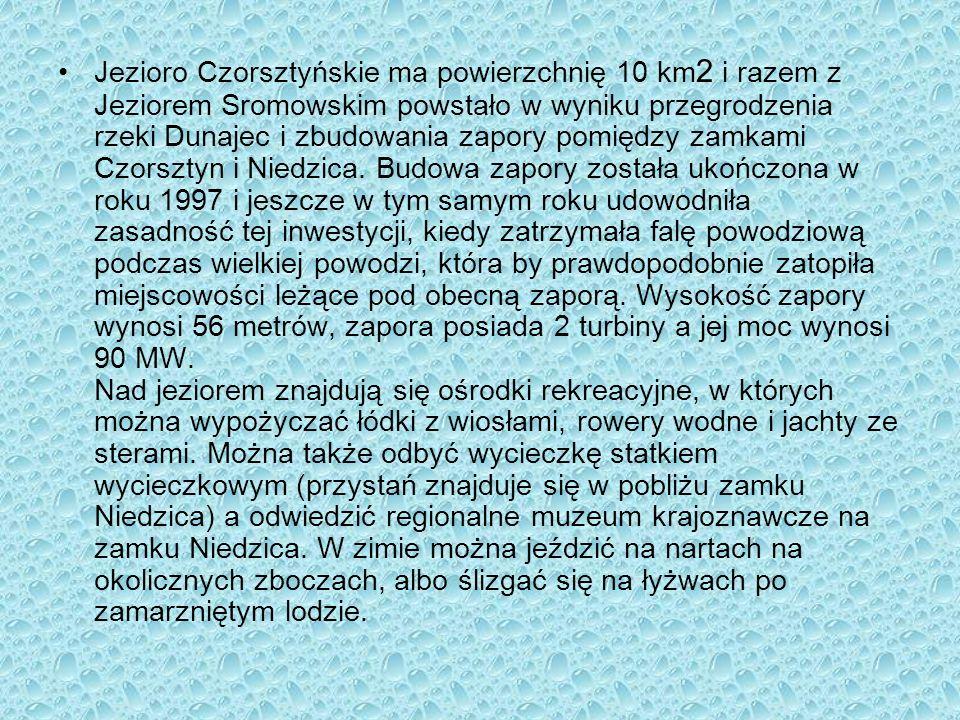 Jezioro Czorsztyńskie ma powierzchnię 10 km2 i razem z Jeziorem Sromowskim powstało w wyniku przegrodzenia rzeki Dunajec i zbudowania zapory pomiędzy zamkami Czorsztyn i Niedzica.