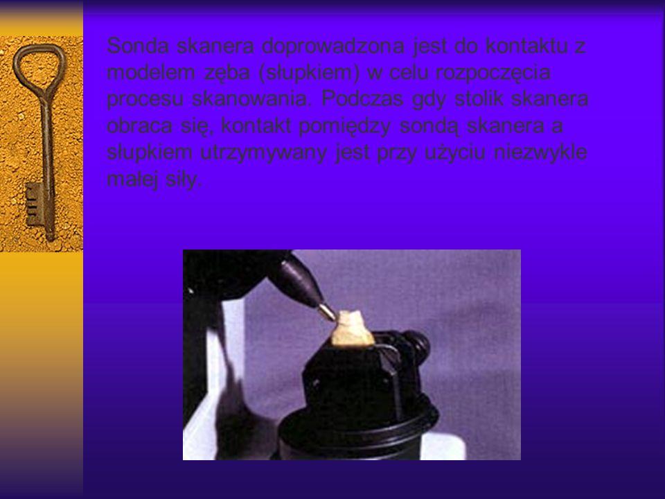 Sonda skanera doprowadzona jest do kontaktu z modelem zęba (słupkiem) w celu rozpoczęcia procesu skanowania. Podczas gdy stolik skanera obraca się, kontakt pomiędzy sondą skanera a słupkiem utrzymywany jest przy użyciu niezwykle małej siły.