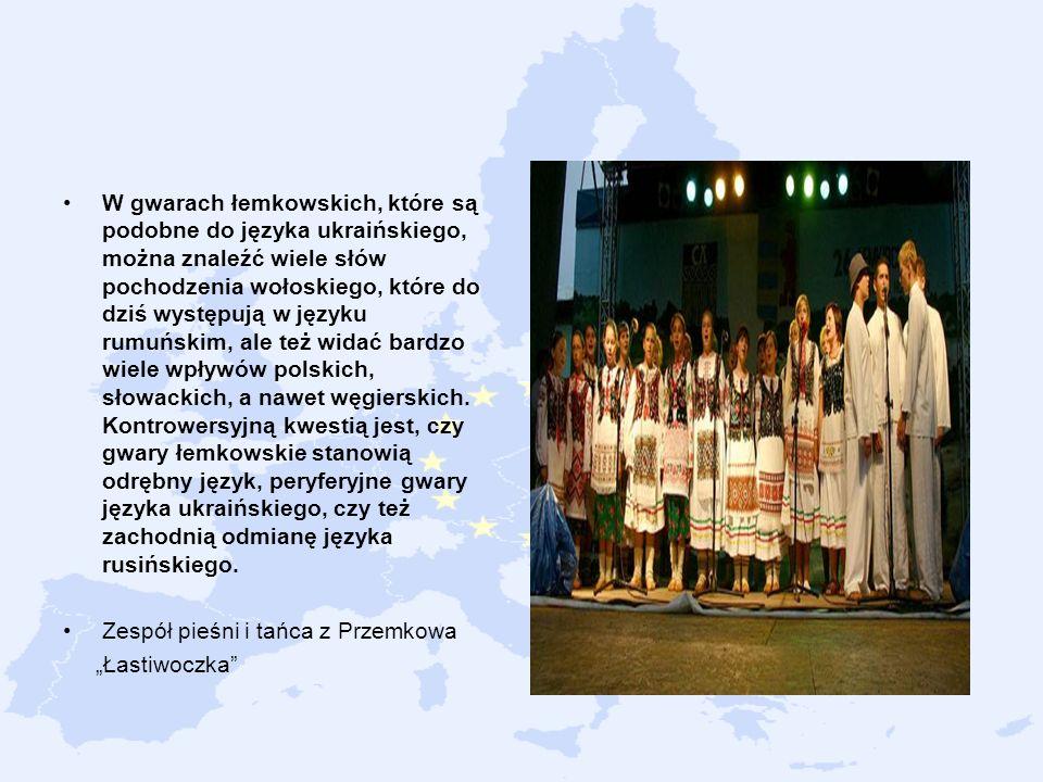 W gwarach łemkowskich, które są podobne do języka ukraińskiego, można znaleźć wiele słów pochodzenia wołoskiego, które do dziś występują w języku rumuńskim, ale też widać bardzo wiele wpływów polskich, słowackich, a nawet węgierskich. Kontrowersyjną kwestią jest, czy gwary łemkowskie stanowią odrębny język, peryferyjne gwary języka ukraińskiego, czy też zachodnią odmianę języka rusińskiego.