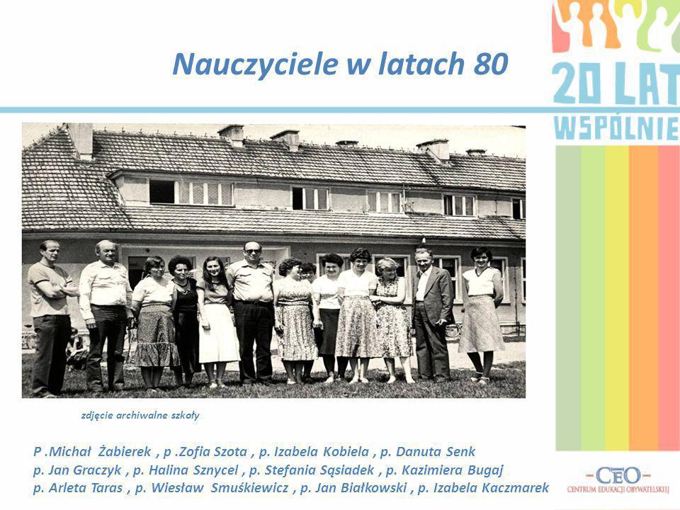 Nauczyciele w latach 80 zdjęcie archiwalne szkoły. P .Michał Żabierek , p .Zofia Szota , p. Izabela Kobiela , p. Danuta Senk.