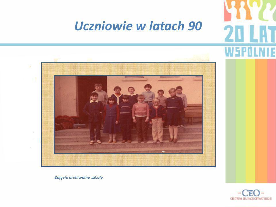 Uczniowie w latach 90 Zdjęcie archiwalne szkoły.