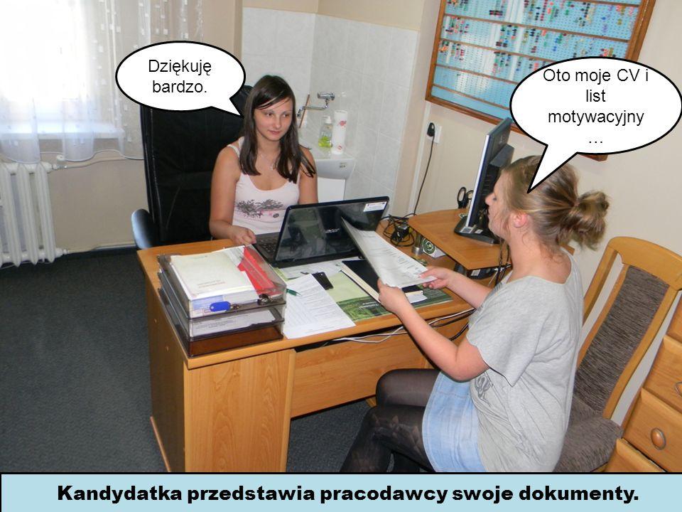 Kandydatka przedstawia pracodawcy swoje dokumenty.