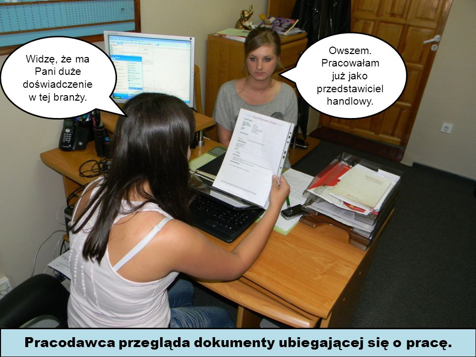 Pracodawca przegląda dokumenty ubiegającej się o pracę.