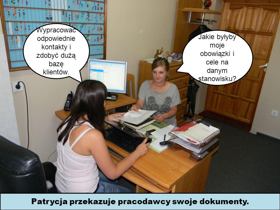 Patrycja przekazuje pracodawcy swoje dokumenty.