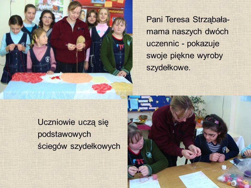 Pani Teresa Strząbała- mama naszych dwóch uczennic - pokazuje swoje piękne wyroby szydełkowe.