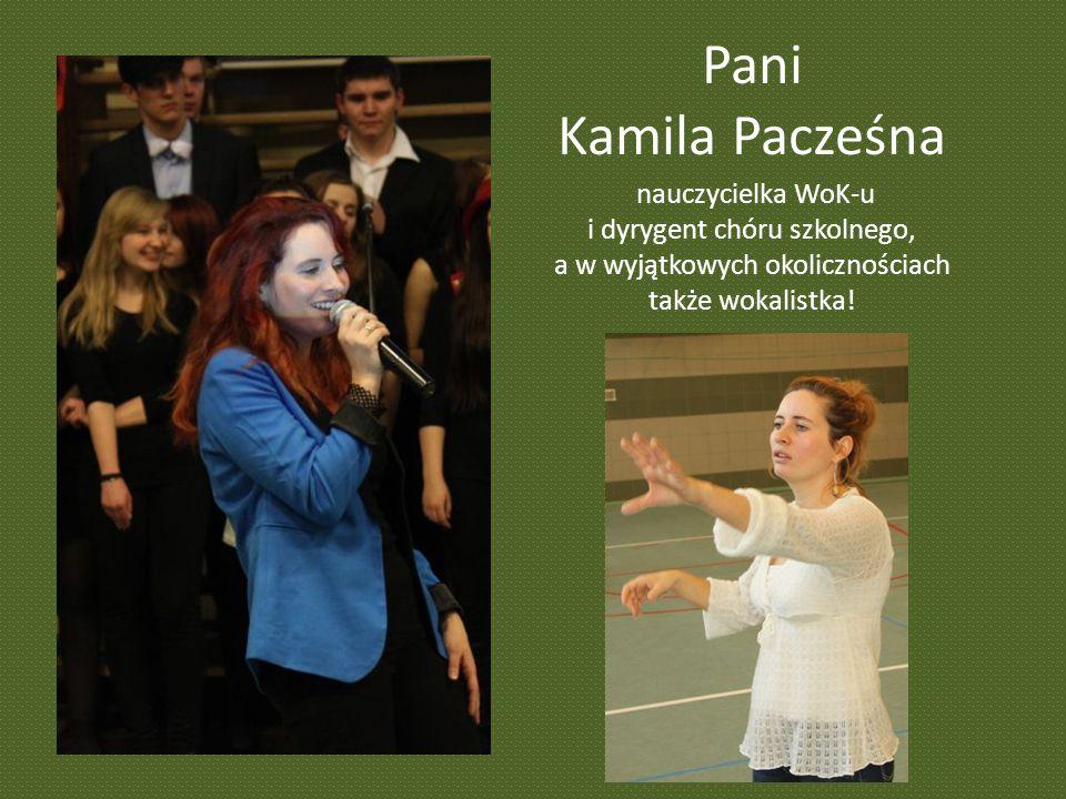 Pani Kamila Pacześna nauczycielka WoK-u i dyrygent chóru szkolnego,