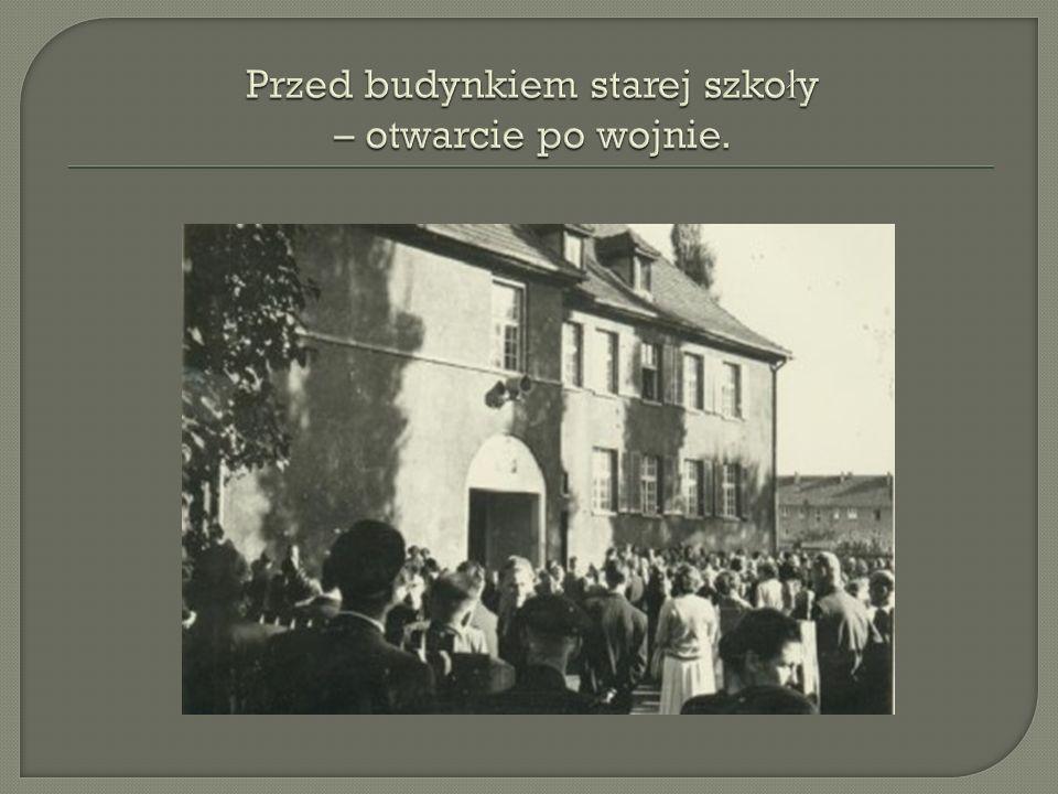 Przed budynkiem starej szkoły – otwarcie po wojnie.