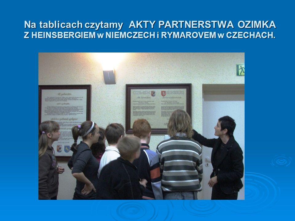 Na tablicach czytamy AKTY PARTNERSTWA OZIMKA Z HEINSBERGIEM w NIEMCZECH i RYMAROVEM w CZECHACH.