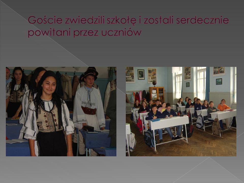 Goście zwiedzili szkołę i zostali serdecznie powitani przez uczniów