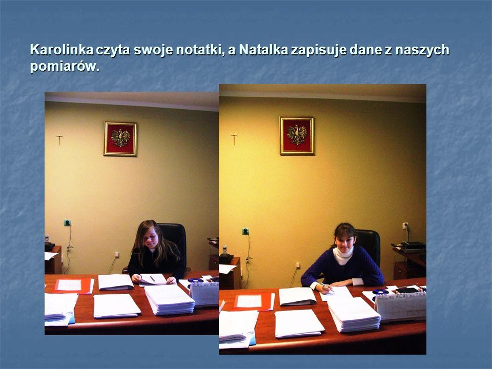 Karolinka czyta swoje notatki, a Natalka zapisuje dane z naszych pomiarów.