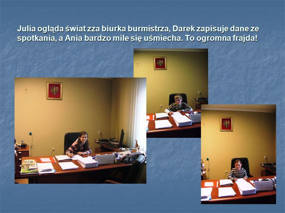 Julia ogląda świat zza biurka burmistrza, Darek zapisuje dane ze spotkania, a Ania bardzo mile się uśmiecha.
