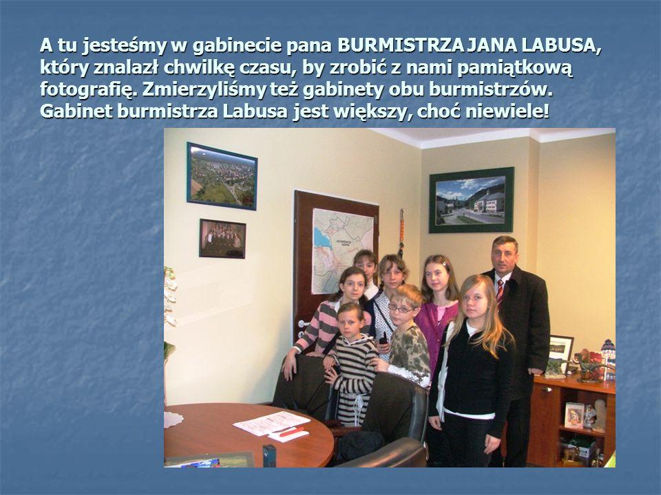 A tu jesteśmy w gabinecie pana BURMISTRZA JANA LABUSA, który znalazł chwilkę czasu, by zrobić z nami pamiątkową fotografię.