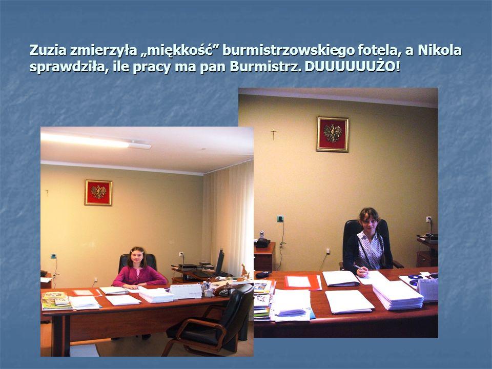 """Zuzia zmierzyła """"miękkość burmistrzowskiego fotela, a Nikola sprawdziła, ile pracy ma pan Burmistrz."""