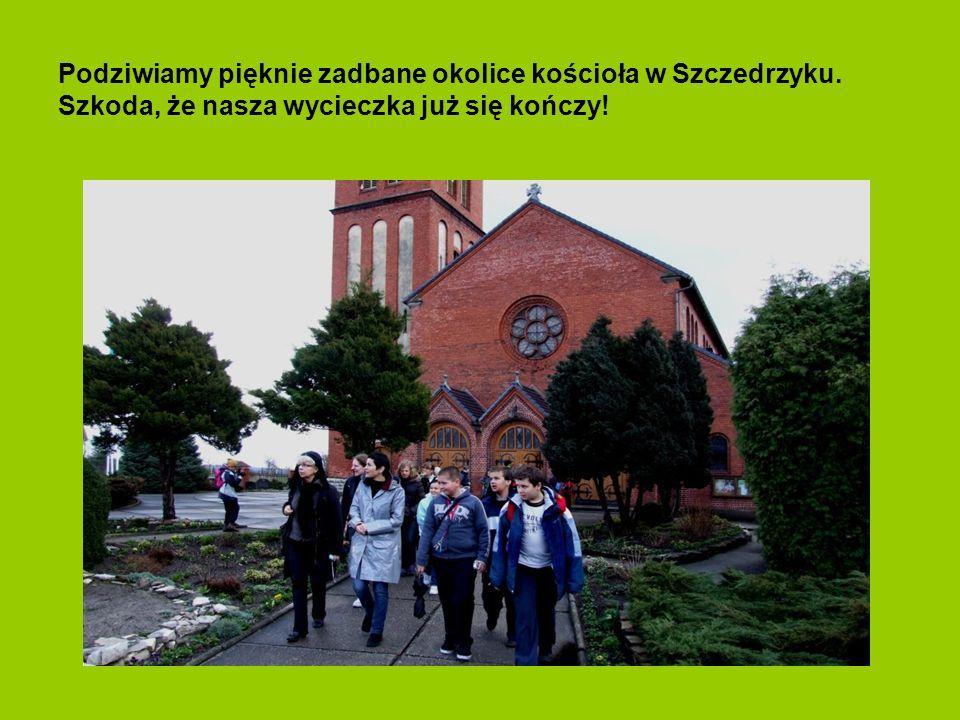 Podziwiamy pięknie zadbane okolice kościoła w Szczedrzyku