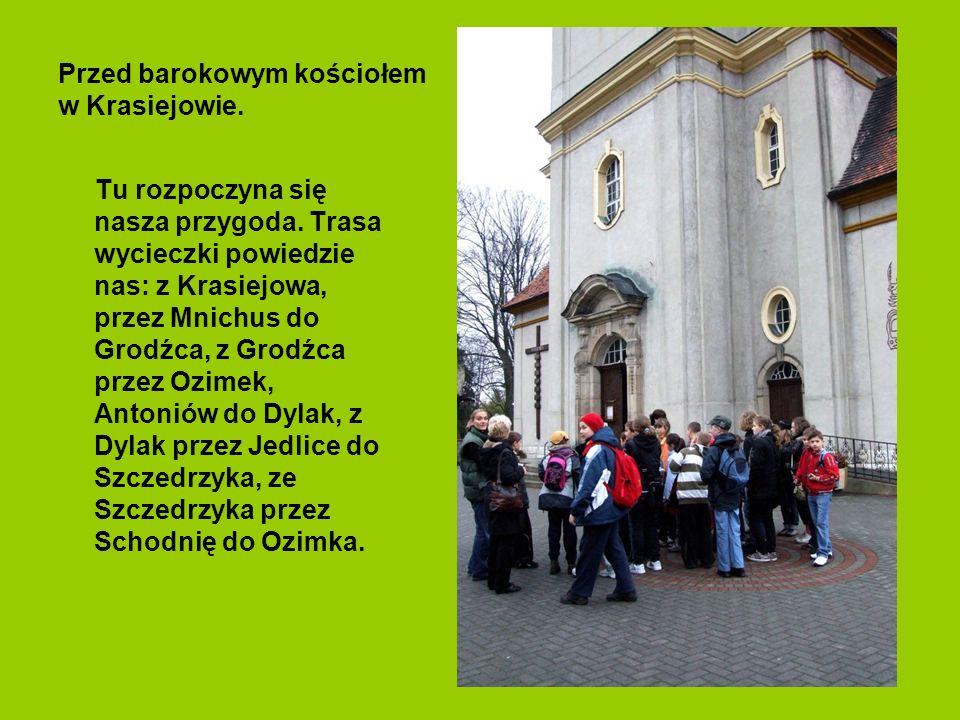 Przed barokowym kościołem w Krasiejowie.