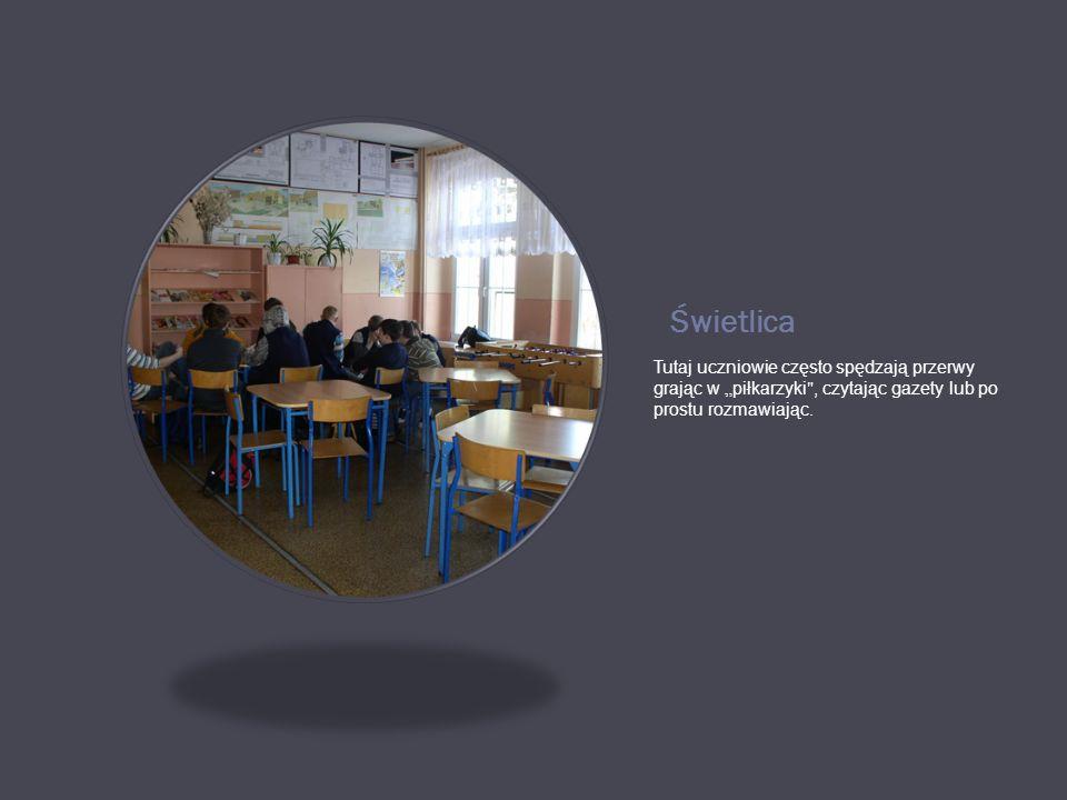 """Świetlica Tutaj uczniowie często spędzają przerwy grając w """"piłkarzyki , czytając gazety lub po prostu rozmawiając."""